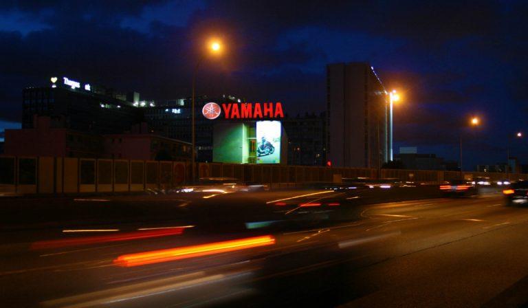 Publicité extérieur grand format pour Yamaha à Paris de nuit - PAP