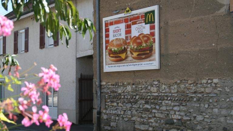 panneau d'affichage publicitaire mural Mcdonald's